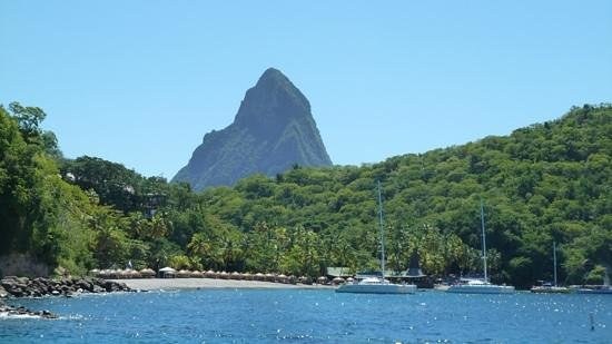 Anse Chastanet : The main beach with petit piton in the background