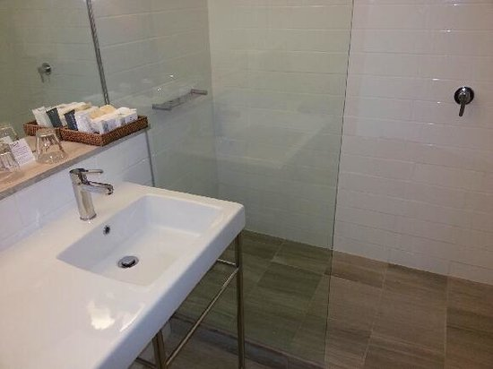 QT Canberra: Easy access shower