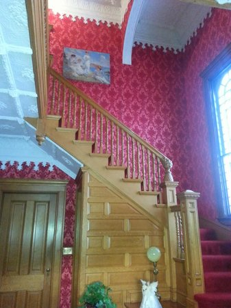Queen Anne Bed and Breakfast: Beautiful staircase