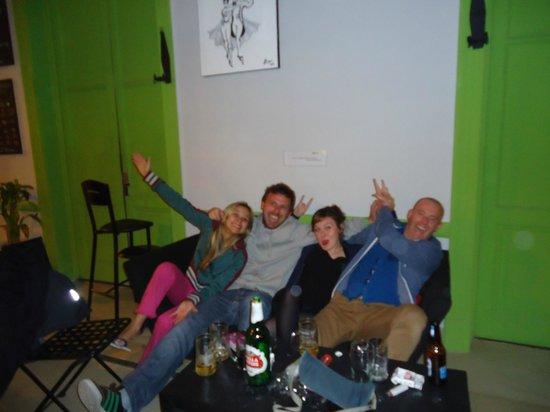 Limehouse Youth Hostel: festinha com amigos