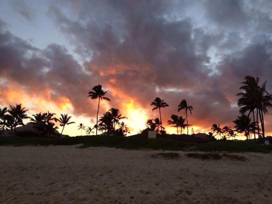 Kalama Beach Park: солнце заходит за горы