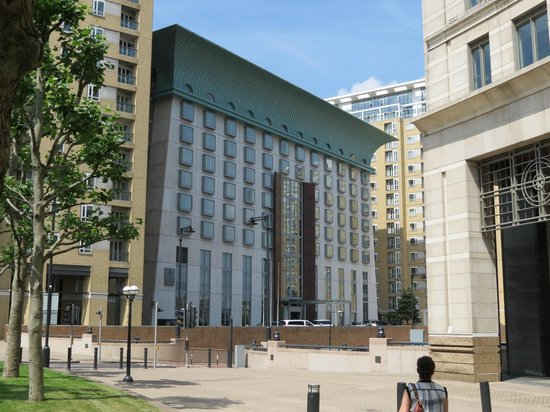 Canary Riverside Plaza Hotel: Hotel from the front