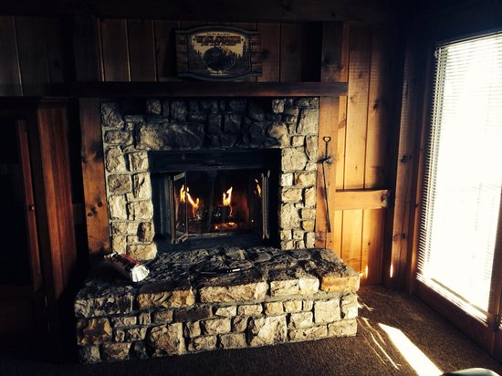 Archer's Mountain Inn: Fireplace in our room