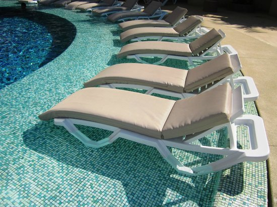 Azul Ixtapa Grand Spa & Convention Center: lounges IN pool!