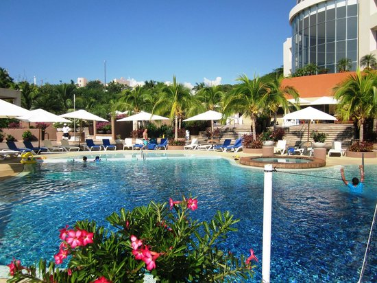 Azul Ixtapa Grand Spa & Convention Center: upper-level pool