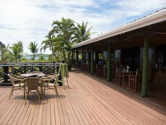 Wananavu Beach Resort: Restaurant and seating area