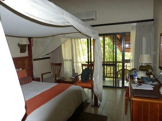 Cresta Mowana Safari Resort and Spa : Bedroom