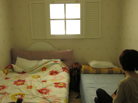 Pobi Guesthouse: Twin Private Bedroom - The fake window (lights up the room) is adorable.