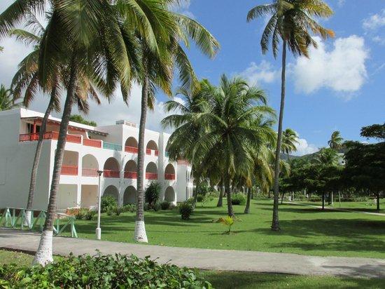 Starfish Jolly Beach Resort: Walkway