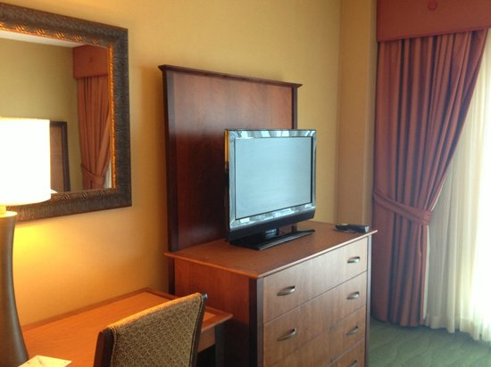 Embassy Suites by Hilton East Peoria - Hotel & RiverFront Conf Center: Flatscreen tv