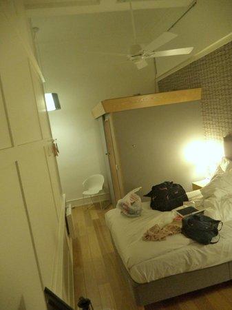 Grasshoppers Hotel Glasgow: View of bathroom 'pod'