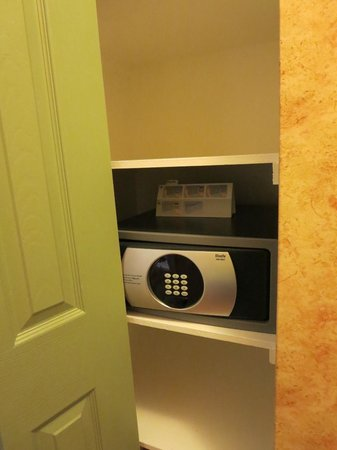Sunset Inn and Suites: safe included in the closet