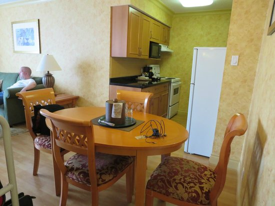 Sunset Inn and Suites: dining table / kitchen