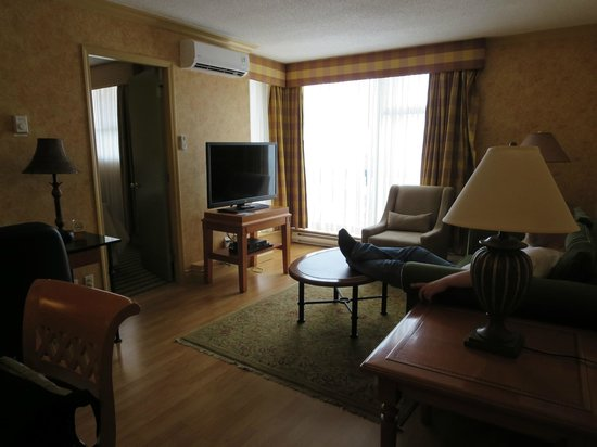 Sunset Inn and Suites : living room