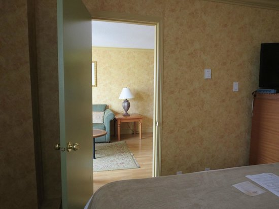 Sunset Inn and Suites : bedroom to living room
