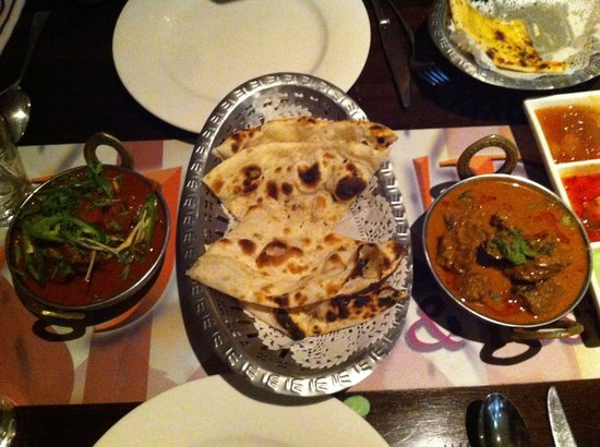 AAJ India Cafe & Restaurant: Beef malibu et beef vindaloo  accompagné cheese and garlic naan