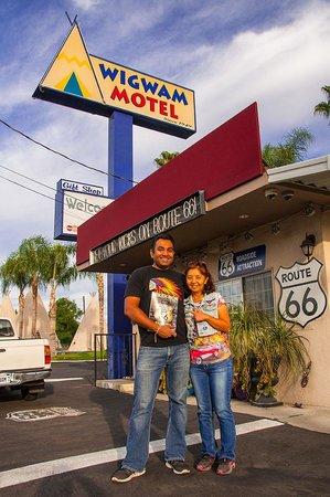Wigwam Motel: my wife with kumer