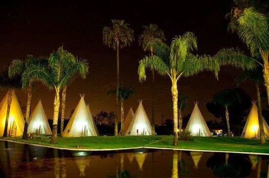Wigwam Motel: Night scene