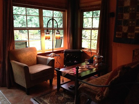 Tree Frog Night Inn: Mediterranean Living Room with gas stove