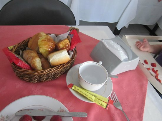 Bonne Etoile Hotel: breakfast pastries at table