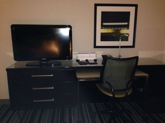 Hyatt Regency Indianapolis: Desk and tv
