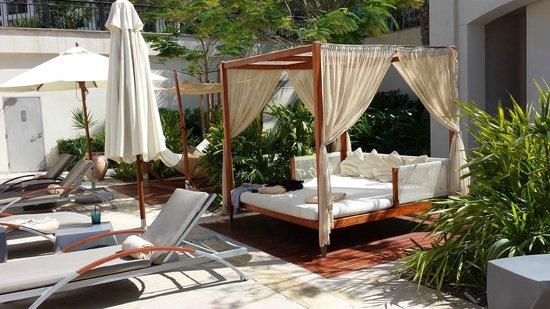 "The St. Regis Saadiyat Island Resort : ""Poster beds"" at the pool"