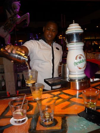 Paradisus Punta Cana: He is making 2 martinis at once!