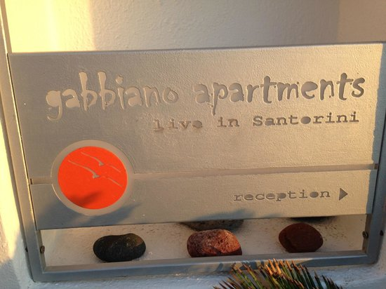Gabbiano Apartments: pequena placa da entrada do hotel