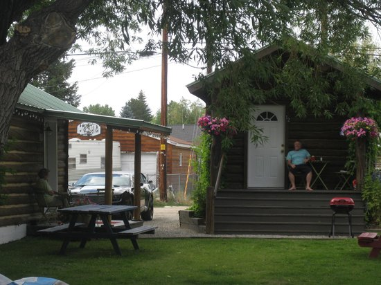 The Log Cabin Motel: Relaxing with neighbor cabin overlooking the lawn and willow