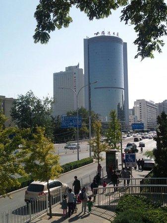 Hotel Nikko New Century Beijing : 左側が  北京新世紀日航飯店 の建物です。地下鉄最寄り駅【国家図書館】付近から撮影
