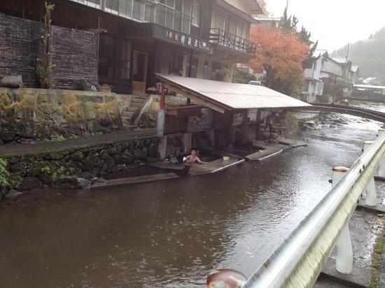 Manganji Onsen: 3つの湯船があり、1番左は野菜を洗ったり洗濯をする場所になっています。