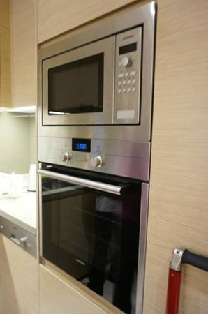 Fraser Suites Guangzhou: microwave and oven
