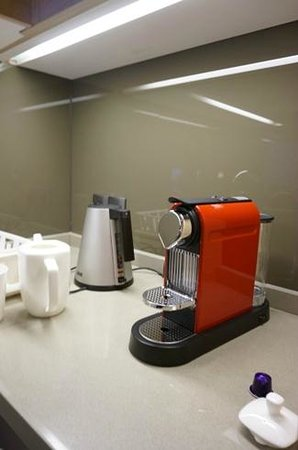 Fraser Suites Guangzhou: tea and coffee maker
