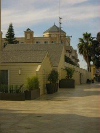 Hilton Garden Inn Los Angeles Marina Del Rey : Between Building 1 & 2