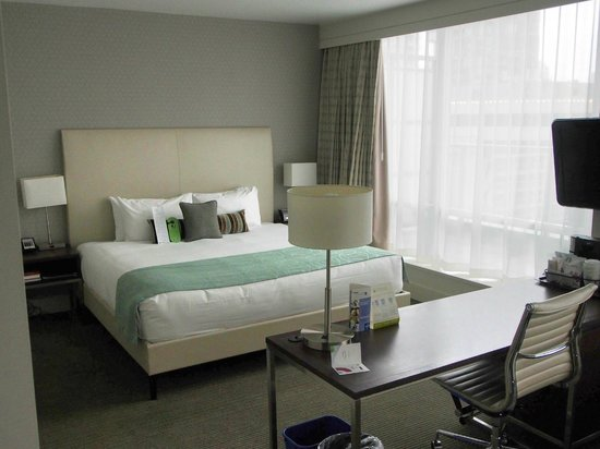 Coast Coal Harbour Hotel by APA: Balcony Room - Bed
