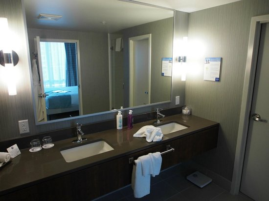 Coast Coal Harbour Hotel by APA: Balcony Room - Basin Area