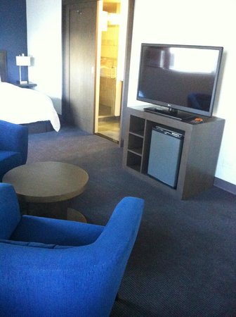 Vive Hotel Waikiki: Large sitting area with TV