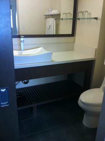 Vive Hotel Waikiki: More space in the bathroom