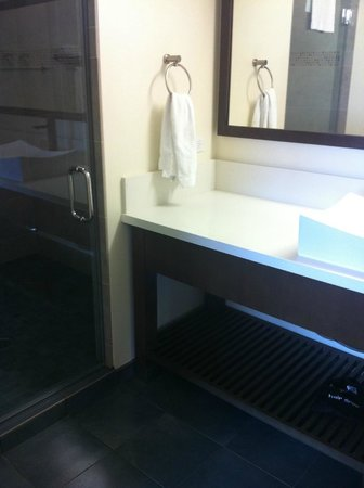 Vive Hotel Waikiki: Heaps of bench space in Bathroom