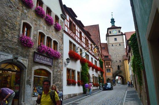 Hotel Am weissen Turm: Белая башня и вид от двери отеля