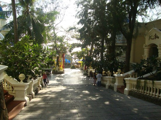 Lan Rung Resort & Spa: Main entrance to property from street...