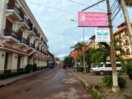 Steung Siemreap Hotel: ←別館 本館→