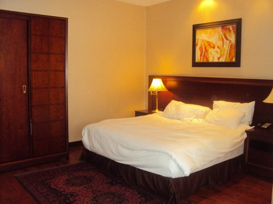 Trianon Hotel: King size bed