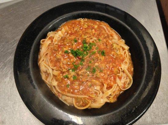 Luigis Pizza : Spaghetti w/ Red Clam Sauce Served w/ Salad & Homemade Garlic Sticks