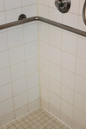 Extended Stay America - Phoenix - Scottsdale - Old Town: mold & grunge on shower