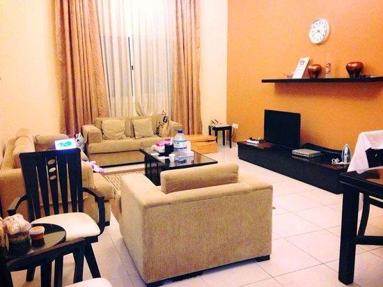 Emirates Stars Hotel Apartments: Huge Living Room :-)