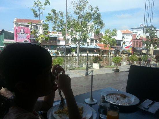 Wana Riverside Hotel: breakfast~ nice view