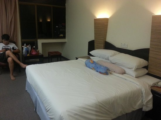 Wana Riverside Hotel: hotel room~king bed