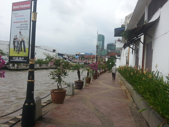 Wana Riverside Hotel: river walk~back from Jonker st