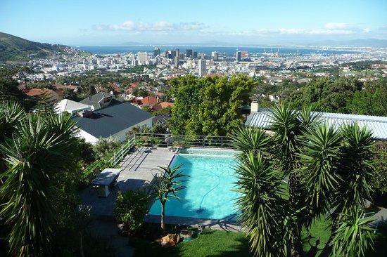 Blue Sky B&B: Blick über den Garten auf Kapstadt